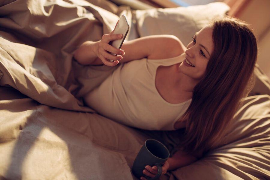 Donna utilizzando il suo telefono