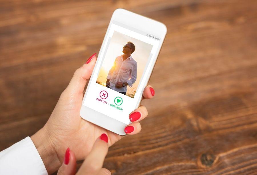 Donna che per mezzo di dating app